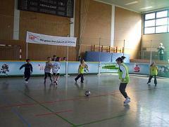 Foto: Kinder spielen Fußball in der Turnhalle