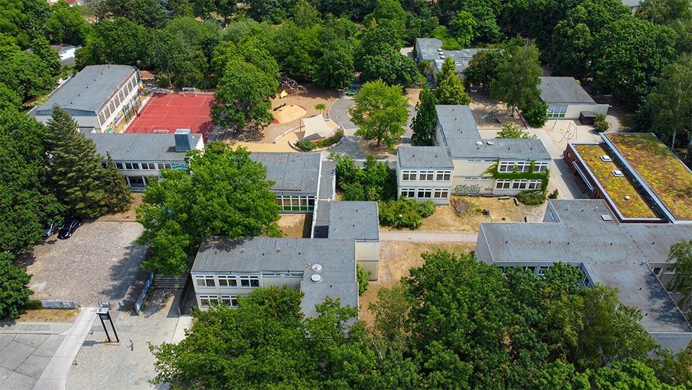 Foto: Luftbild mit Blick auf ein Schulgelände mit Schulhof
