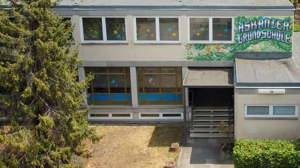 Foto: Eingangsbereich mit bemalter Fassade. Blick von oben.